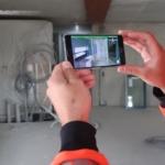 Bygge-app kigger gennem betonen